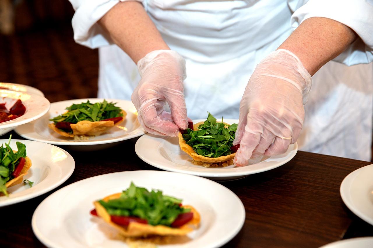 シェフ、料理人、料理を盛り付け、指輪外す
